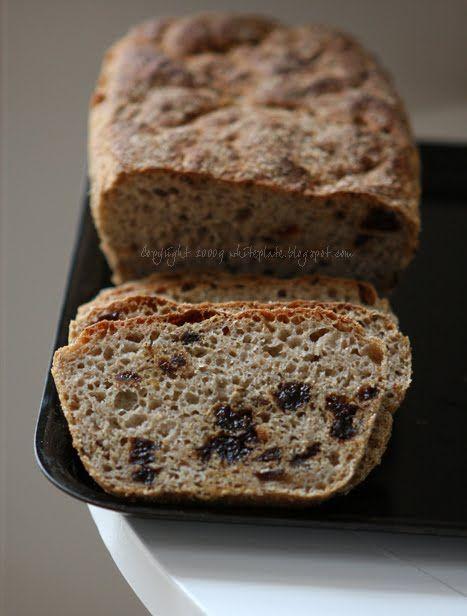 Pszenno-żytni chleb z suszonymi śliwkami
