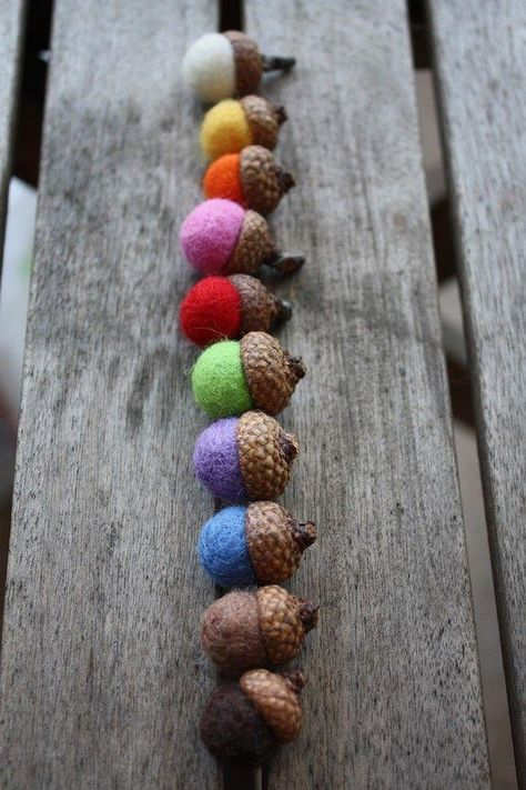 ポコポコした可愛い見た目に、フワフワしたさわり心地の羊毛フェルトボール。秋冬用の小物やインテリアの素材にぴったりですが、お家でも簡単に手作りできるって知っていましたか?針と糸も通せる手芸素材なので、コースターやアクセサリー、マスコットづくりなど、アイデア次第で色々なものづくりに使えます。DIY初心者でも簡単にトライできる、フェルトボールの作り方をご紹介します。 | ページ1
