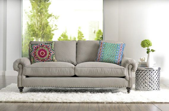 Profitez de cet oreiller gai et décoratif de ma Collection exclusive de Maroc. Cet oreiller coloré est le détail dont vous avez besoin pour remplir votre maison de lumière et de la modernité.  Apporter un sourire à votre salon avec cette housse de coussin cool ! Vous pouvez lutiliser pour accentuer le décor contemporain dans votre maison ou même lutiliser dans le cadre de votre décor de patio fermé. Cela donne aussi un beau cadeau pour un ami ! Il sagit dune édition limitée TheGretest…