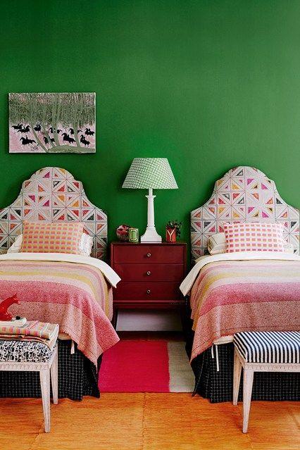 Зеленая стена в спальне