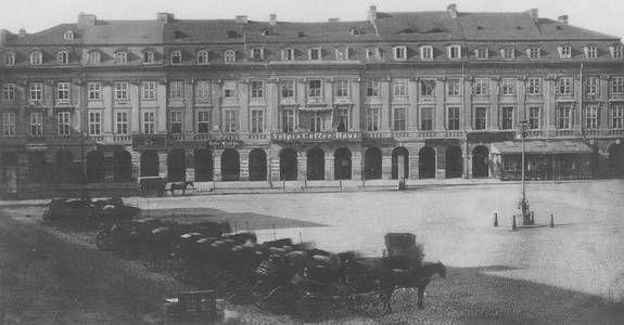 Im Jahr 1537 richtete Kurfürst Joachim II einen Turnierplatz ein, der um 1600 zu einem Platz für Ritterspiele ausgebaut wurde. Dieses Areal wurde Stechbahn genannt. Es waren sechs Häuser, die in ihrer einheitlichen, mit Pilastern und Arkaden gestalteten Fassade, wie ein Gebäude wirkten. In der Mitte war das berühmte Café Volpis.
