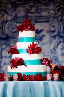 red & aqua wedding cake. I actually really love these colors for a wedding. They're really unexpected