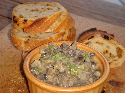 Nem vagyok mesterszakács: Majonézes-pórés gombasaláta – gombás szendvicskrém sült hagymás gyökérkenyérrel