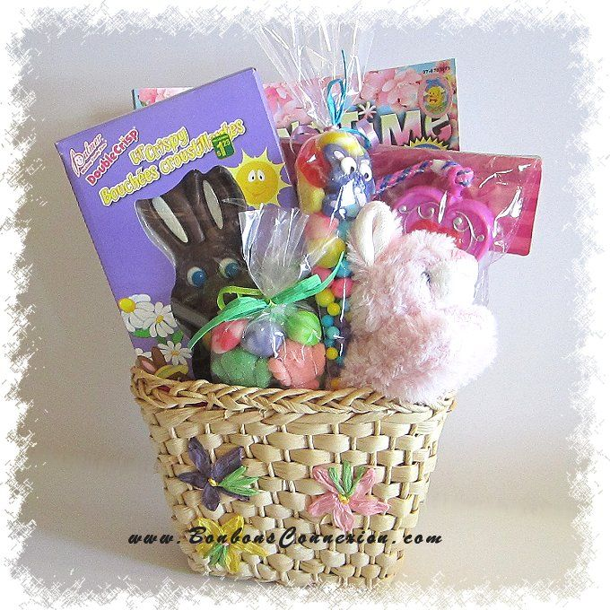 Sac cadeau remplit de surprises, bonbons et chocolats de Pâques. Candy bag filled with Easter surprises, candies, and chocolates