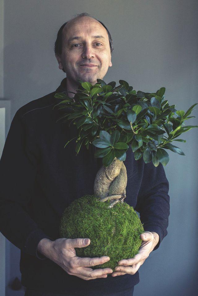 Adrien Bénard realiza em seus braços um kokedama ficus maciço, 110 euros.