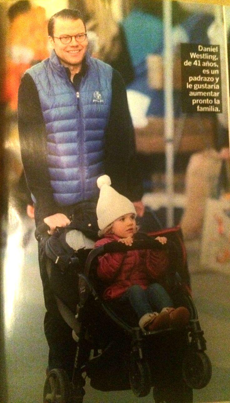 El marido de Victoria de Suecia, Daniel Westling, paseando felizmente a su hija, la princesa Estela, a bordo del Britax B-Agile 4.