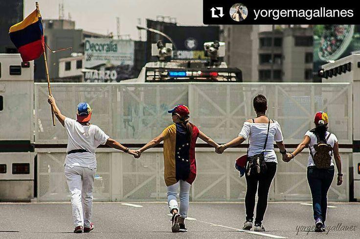 Foto de @yorgemagallanes  Una pared no separa tener la razón o no una pared divide la orden frente al pensamiento libre #ccs #caracas #caracascamina    06 de Mayo 2017   Marcha de Las Mujeres    Hermandad unión solidaridad y esperanza por la libertad    #6M #6Mayo #SinDescansoContraLaDictadura #ElNacionalWeb #wa #wa80