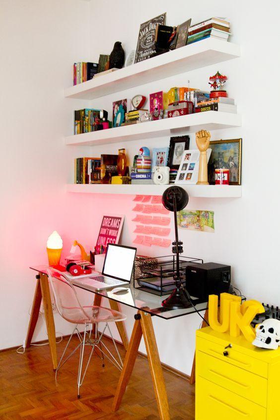 Prateleiras servem para organizar objetos de trabalho como também decorar o ambiente.