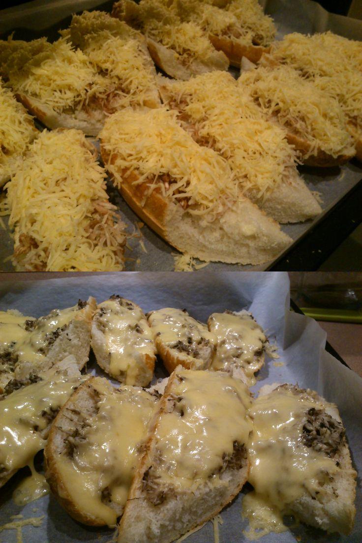 Na piątkową kolację polecam zapiekanki z serem i pieczarkami! Najlepiej oba składniki zetrzec na tarce z małymi oczkami. Smacznego :)