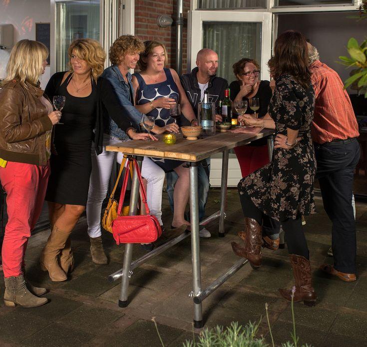De stoere en lichtgewicht NJOJ bartafel van NJOJ Dutch Design is het alternatief voor de traditionele ronde statafel.  Deze bartafel is van steigerhout en aluminium en heeft stijlvol.