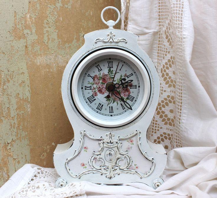 Декупаж часов: 40+ идей для создания стильного и эксклюзивного предмета интерьера http://happymodern.ru/dekupazh-chasov/ Корпус часов в стиле шебби шик с декупажем мелкими цветочными рисунками