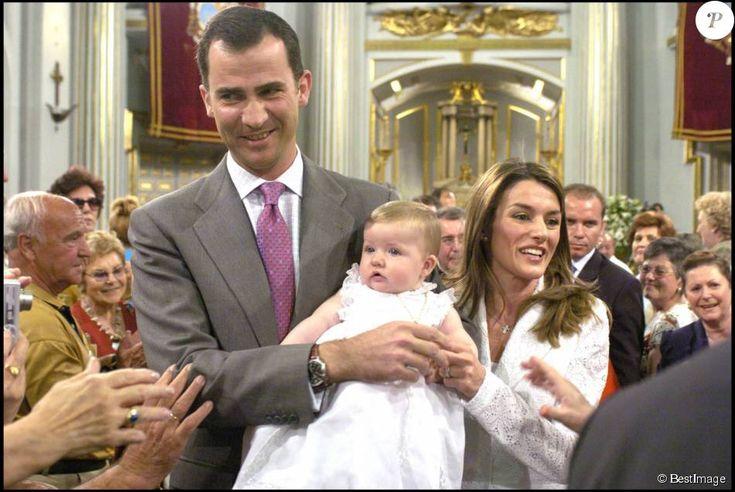 Cérémonie de présentation de Leonor, fille de Felipe et Letizia d'Espagne, à la basilique Notre-Dame de la Vierge d'Atoche en juin 2006. Le 31 octobre 2015, la princesse des Asturies fête ses 10 ans.