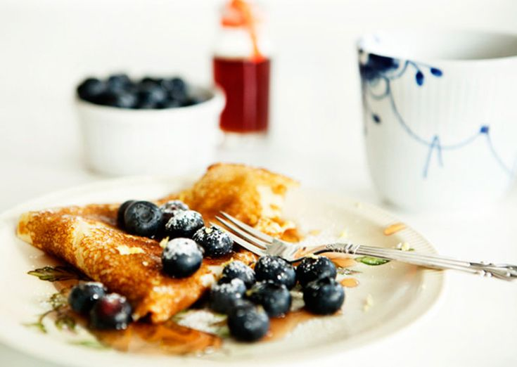 Weekend pancakes with lemon, blueberry and syrup. www.vesleuniverse.com.