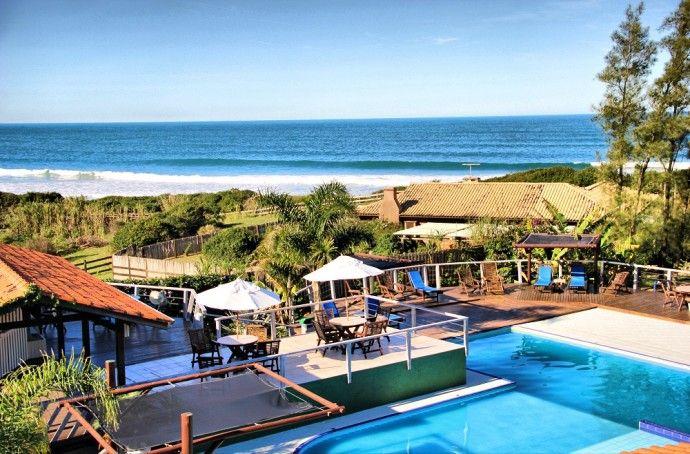 Uma lua de mel dos sonhos sem sair do Brasil é mais que possível. O Village Praia do Rosa oferece pacotes especiais para uma estadia romântica.