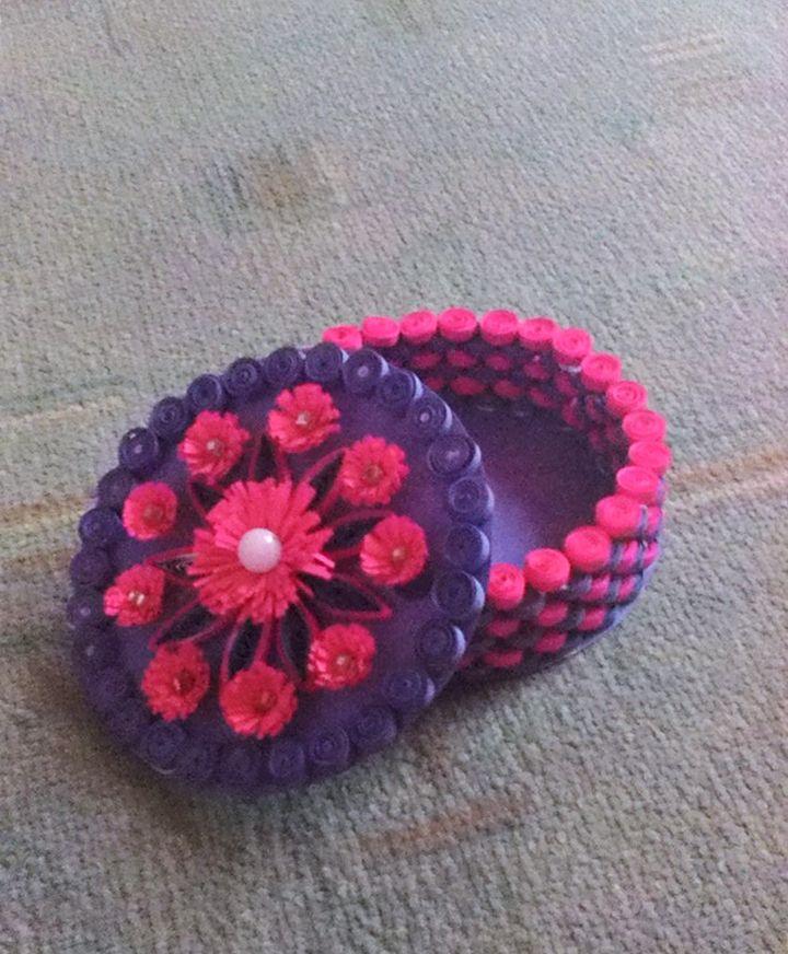 Din categoria idei de la voi - o cutie pentru bijuterii realizată de Nicoleta Arva, Produse DACOart folosite: Hârtie colorată (mov), Hârtie quilling (roz și mov), Perla, Ac quilling, Șablon quilling, Aparat de franjurat hârtia, Aracet, compas și foarfecă.