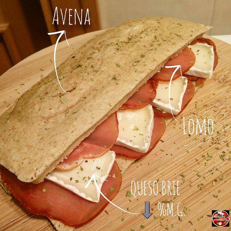 ¿Queréis preparar ricos y sanos sándwiches como éste?, pues apuntad esta receta: INGREDIENTES PARA EL PAN DE AVENA: 50 gramos de harina de avena neutra (si tenéis copos, los podéis triturar), sabor…