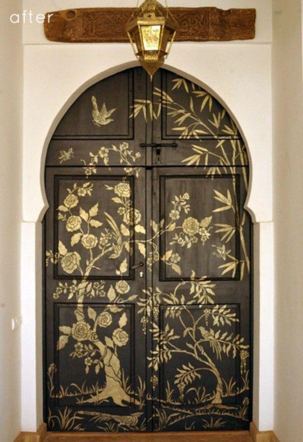 Desain Klasik Dengan Motif Emas Pada Pintu
