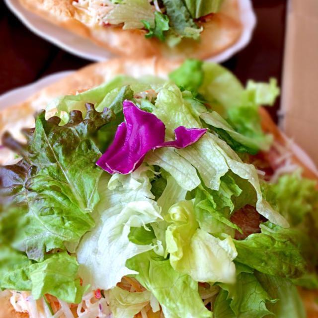 薄いピザ台が少し野菜とあっさりマヨソースでしんなりしたら、クルッとラッピングピザ風にいただきます〜♪ - 15件のもぐもぐ - 会社ピザ*7 野菜モリモリあっさりマヨソースピザ by tkiss891
