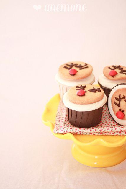 Gingerbread cupcakes con biscotti renna by anemone's corner, via Flickr