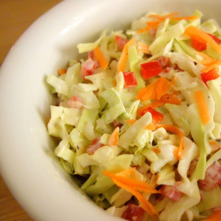 Coleslaw er godt klassisk tilbehør til grillmaden. Det smager super godt, er dejligt sprødt og så er det hurtigt og nemt at lave.