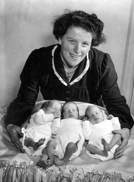 Drieling Vervoordeldonk te Asten, Nederland 1954. Foto: Moeder Veroordeldonk en de drieling Petrus Johannes Maria, Maria Honoria Wilhelmina en Bernardus Hubertus Maria.