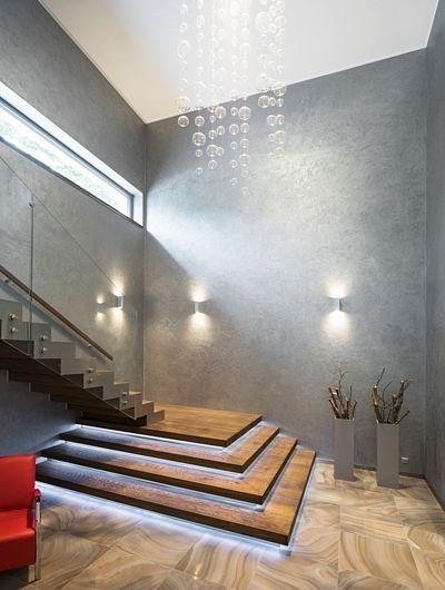 Zajímavostí vstupní haly je masivní dubová podesta s podsvětlenými podstupni. Na stěnách je šedá stěrka s efektním perleťovým nádechem.