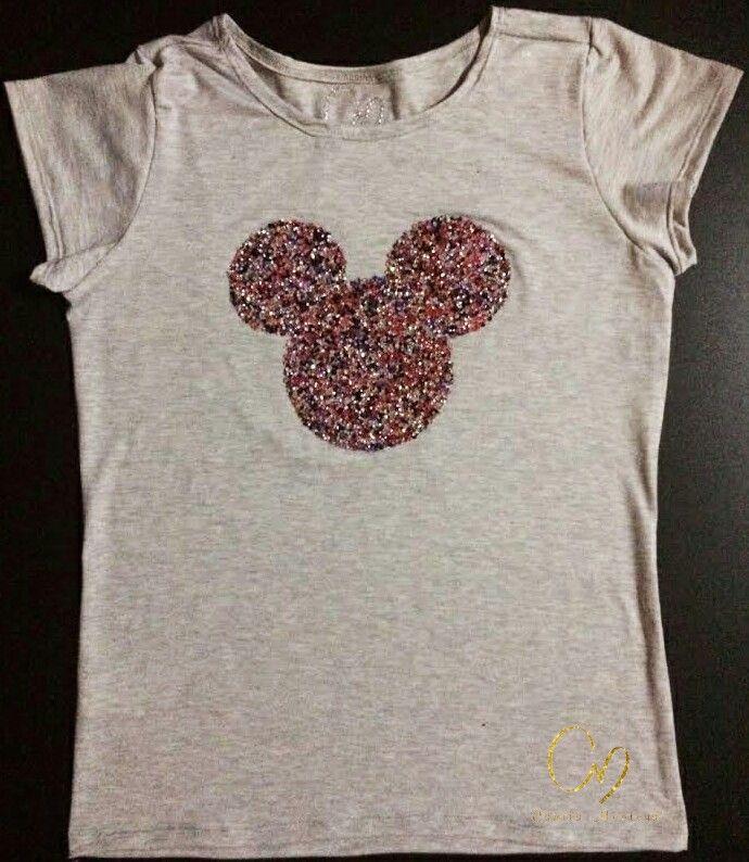 T-Shirt en algodón pima 100%, aplique en pedrería. Colores de camiseta en negro, gris y blanco.