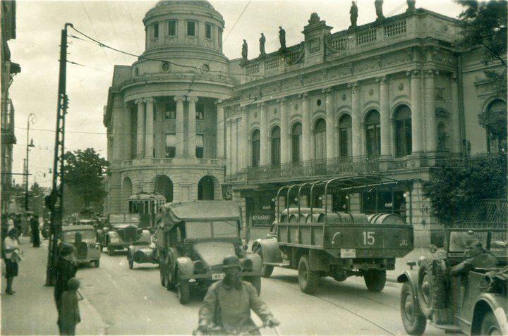 """Fundatia"" (inca in picioare) si Jockey Club (demolat in 1960) in prim plan, 1944, Iasi, Romania"