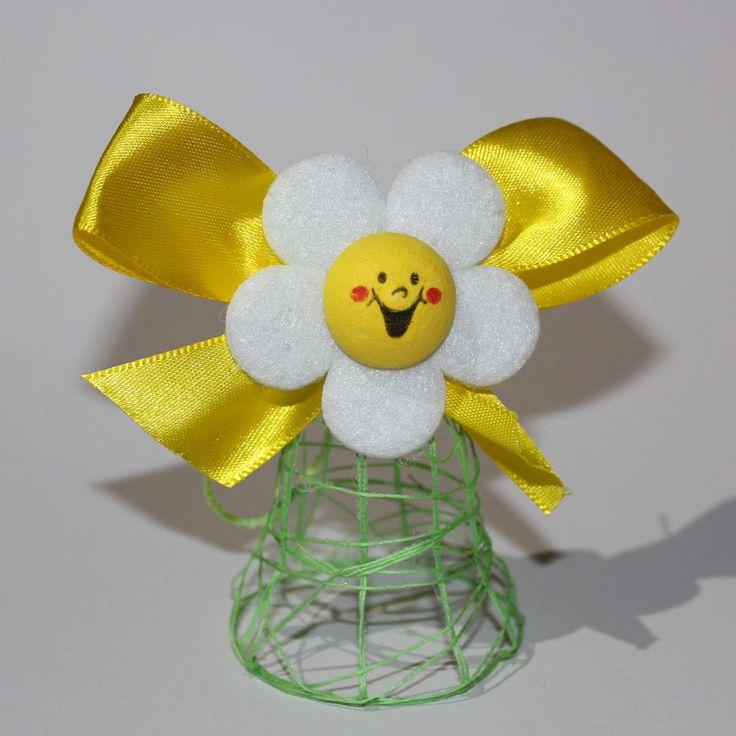 Veselý zvoneček- k zavěšení Jarní květinkový zvoneček vyrobený z bavnky. K zavěšení. Jeho celková výška i s květinkou je cca.6-7 cm.