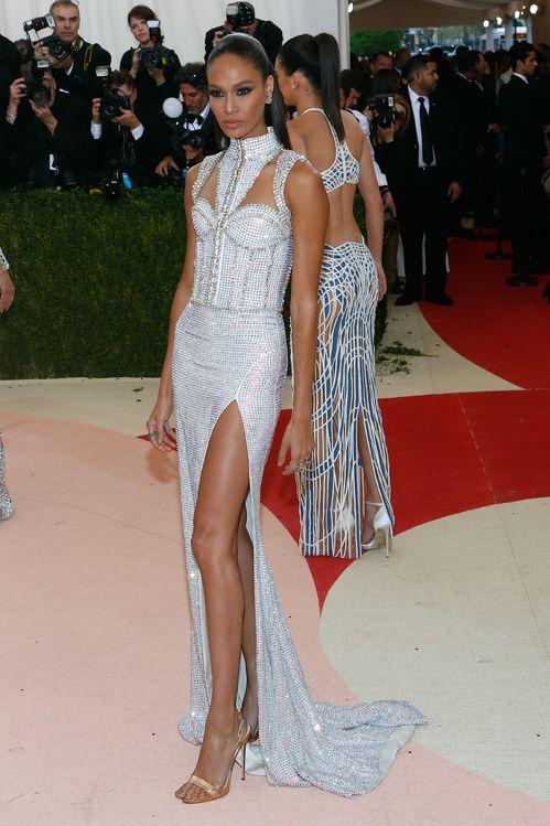 Joan Smalls en robe Balmain sur-mesure et escarpins Giuseppe Zanotti http://www.vogue.fr/mariage/inspirations/diaporama/inspiration-mariage-les-robes-blanches-du-met-ball-2016/33324#joan-smalls-en-robe-balmain-sur-mesure-et-escarpins-giuseppe-zanotti