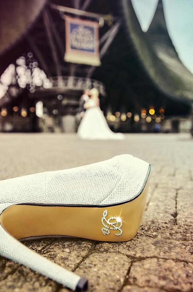 Een schitterende trouwfoto voor het Huis van de Vijf Zintuigen, de entree van de Efteling, van Samantha Martens-Langenberg en haar man.
