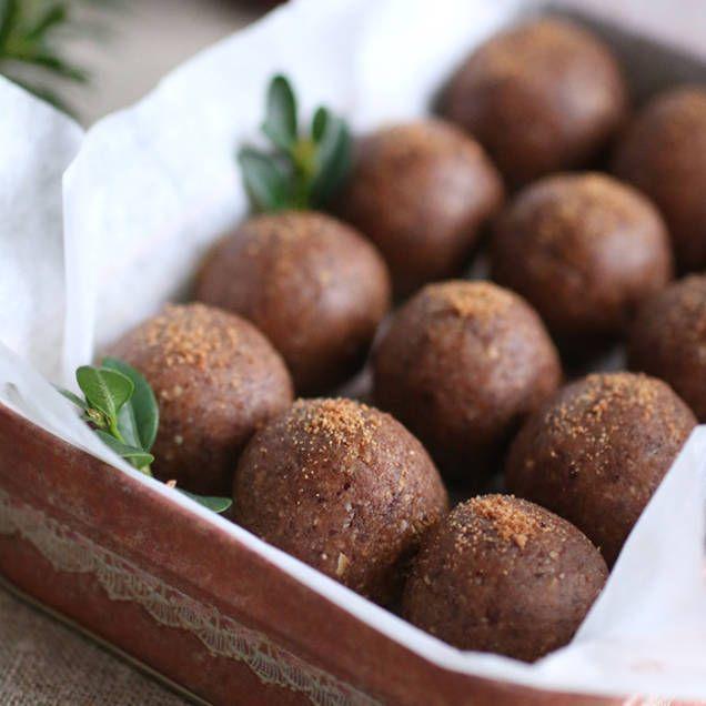 Pepparkaksbollarna i det här receptet är riktigt enkla att göra. Mixa alla ingredienser. Rulla. Ät. Lätt som en plätt….och gott.