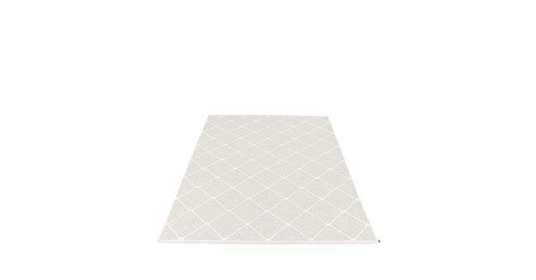 Regina matta från Pappelina med mönster i vitt och ljusgrått. Regina är en smakfull och elegant matta i kunglig stil. Med en fållad kant som är dekorativt vävd får mattan ett mjukt helhetsintryck. Finns i fem dova pasteller.