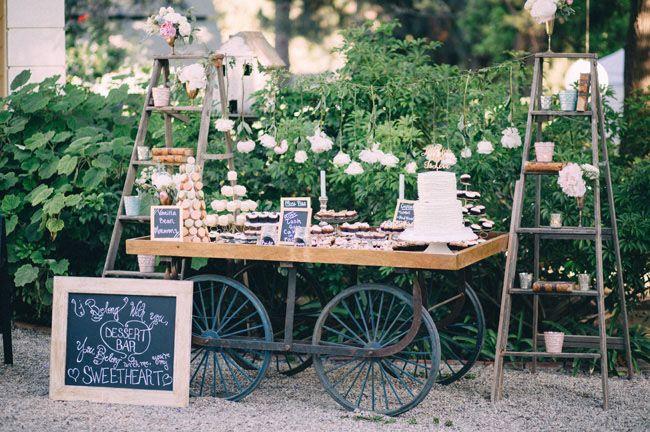 Una mesa de postres o candy bar así de bonita y no hay quien mueva de su lado. ¡Preciosa y muy rústica!