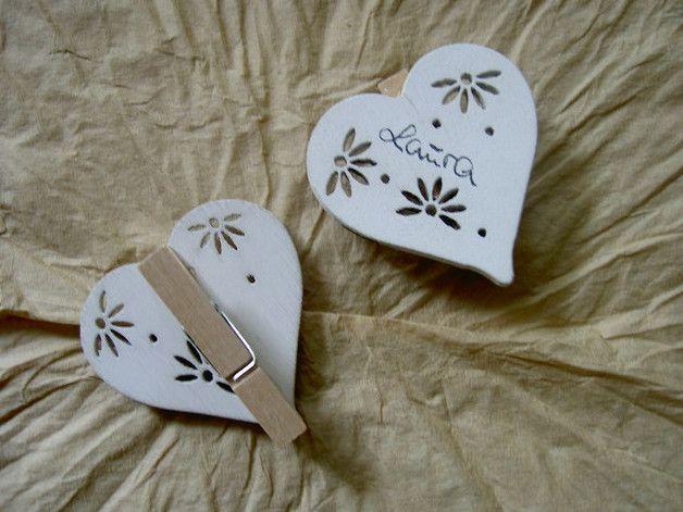 40 Holzherzen mit Klammer als z.B.: Tischkarten Weiße,shabby chic Holzherzen mit ausgestanztem Muster,aufgeklebt auf einer naturbelassenen Holzklammer...beschreibbar... Größe Herz ca.: 5 cm Eine...