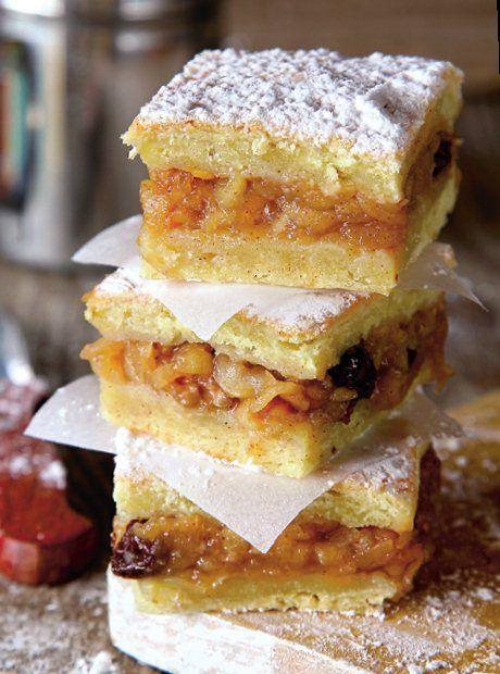 Offf, multe rețete de plăcintă cu mere există pe lumea asta, dar nu mă las până nu vă prezint și această rețetă! Bună este!