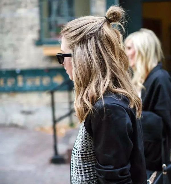 O half-bun, ou meio-coque, é um dos penteados básicos que adicionam uma dose de estilo ao seu look.: