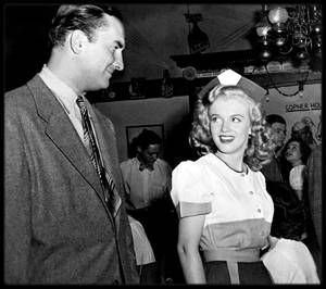 """1947 / Marilyn joue un petit rôle de serveuse dans le film """"Dangerous years"""", officiellement son second film."""