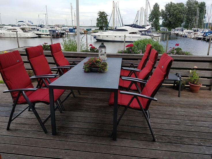 Dining tuinset aan het water met rode kussens