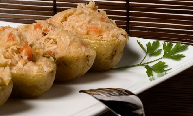 Patatas light rellenas al microondas.