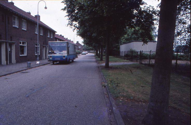 Almelo, De Parallelweg, komend vanaf de achterkant van station Almelo richting de splitsing bij de Treubstraat en het vervolg van de Parallelweg rechtsaf. Op de voorgrond de rijdende kruidenier ter hoogte van nummer 112, die in de jaren '80 nog aan huis kwam. Rechts het terrein van de Nederlandse Spoorwegen.
