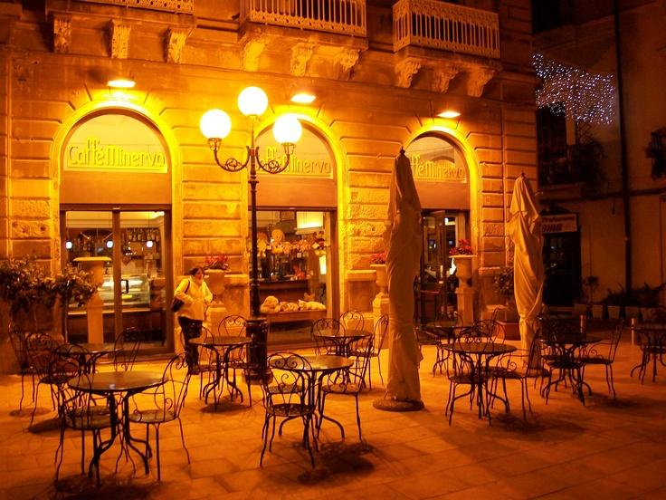 CAFFÈ MINERVA, by night, by Giovanni Reali.