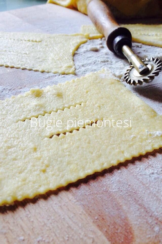 Bugie di carnevale ricetta piemontese       Buongiorno, eccomi con una ricetta di carnevale, quella e forse l'unica che preferisco, le bugie di carnevale piemontesi, o cmq è un dolce tipico del nord, è famosa come BUGIA O CHIACCHIERA.  La ricetta che vi posto oggi, è una ri
