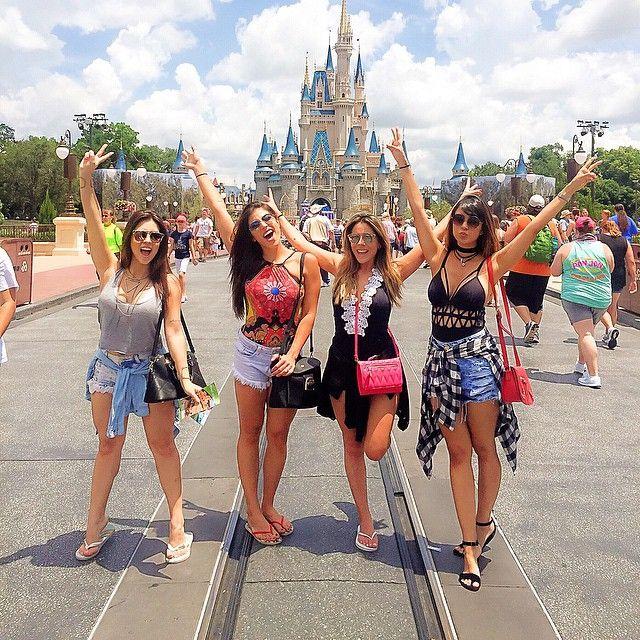 Magic Kingdom hoje está fervendo, literalmente kkkk. Que calor é esse, Jesusssss? Todas com look @bolsa150 ❤️ #bolsa150viaja #magickingdom #calordapega #50milgraus  Sigam meu snap: blogricademarre