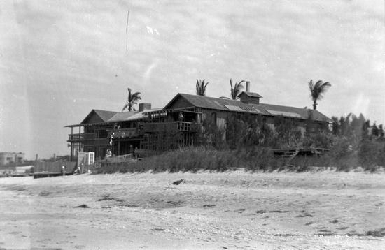 Title: Driftwood Hotel: Vero Beach, Florida    Date: ca. 1950    General note: The Driftwood Inn, located at 3150 Ocean Drive in Vero Beach, Florida, opened in 1937. Built by Waldo E. Sexton. NYE 1999 <3