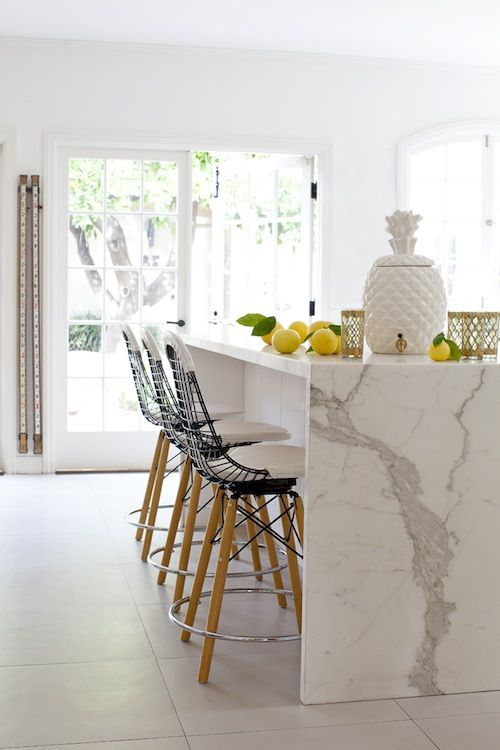 Kitchen Caesarstone Calacatta Nuvo Modern details and a mixture of designs give this kitchen an elegant yet edgy feel!