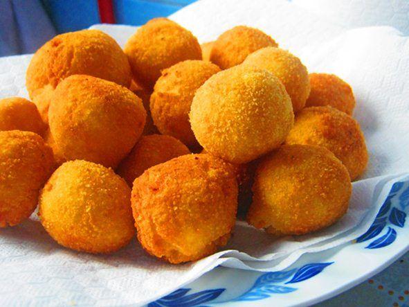 Reteta culinara Bulete de caşcaval şi brânză din categoria Aperitive / Garnituri. Specific Romania. Cum sa faci Bulete de caşcaval şi brânză