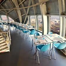 In de bovenste bol van het Atomium ligt het restaurant, verspreid over twee niveaus. Het biedt een uitzonderlijk zicht. Suggestie: Gebakken kreeft, schaaldierenjus, bittere chocolade en selder. Atomiumsquare - 1020 Brussel