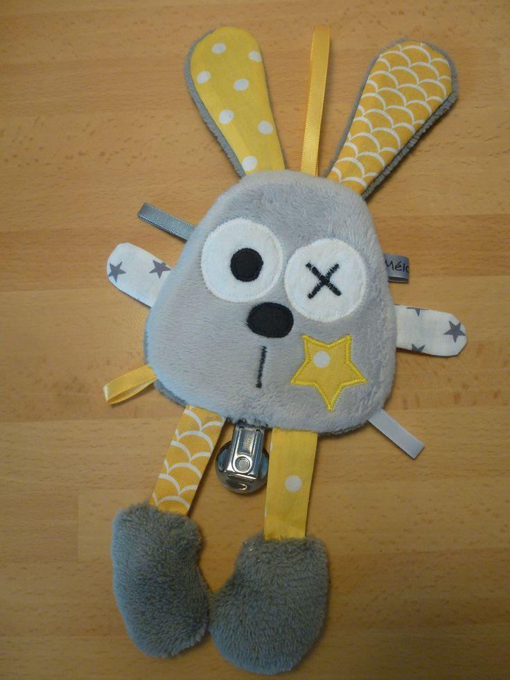Doudou attache tétine lapin gris blanc jaune - liste de naissance - réservé