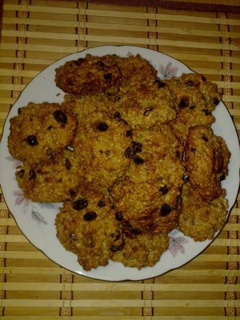Печенье овсяное на завтрак. Овсяные хлопья3 сткн Масло растительное1/2 сткн Сахар1/2 сткн Яйца3 шт Изюм1/2 сткн Грецкие орехи1/2 сткн Ванильный сахар1 пакетик (10 г)